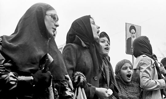 women protest during the iranian revolution